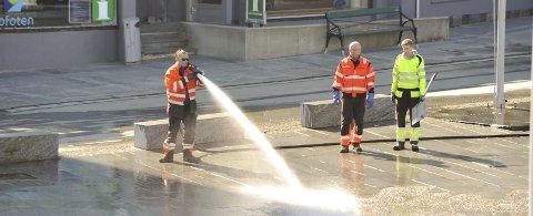 Finpussen: Uteetaten og brannmannskaper i Vågan kommune gjorde en flott innsats med å spyle rent torget sist torsdag, så det framstår flott på 1. mai 2017.