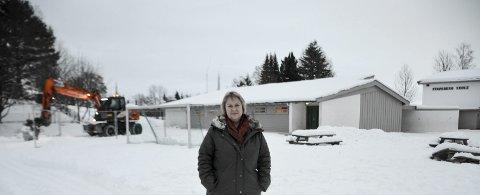 Brakker: Fredag startet arbeidet med å forberede grunnen for brakkerigg til utbygger ved Stavsberg skole. Rektor Else M Holst, gleder seg over det som skjer.