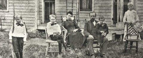 FUrneshistorie: Michael Nelson (Mikkel Andersen) med familien rundt seg i Sør-Dakota tidlig på 1890-tallet. Foto: Furnes Histiorielag