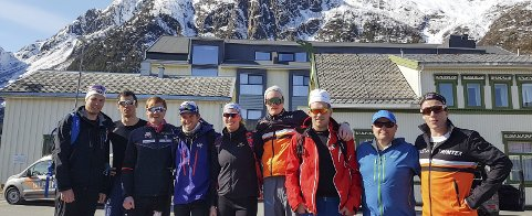 UT PÅ TUR: Arve Aakvik (nummer to f.h.) var lokal guide for åtte skistjerner fredag. Her er de klar for topptur.