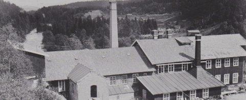 Fabrikken i 1895: Legg merke til telefonledningen på veggen. Bildet kommer fra et album hvor en Johannes Boye fra Stavanger hadde reist rundt i Norge og funnet fotomotiver som ingen vanligvis brydde seg om.HISTORISKE BILDER: MJØSMUSEET
