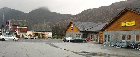 UTAN VEG: Kommunestyret i Hjelmeland slo onsdag absolutt fast at ny riksveg gjennom Årdal ikkje skal gå forbi butikkane i Årdalstunet.