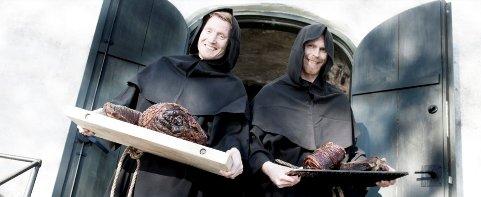Munkemiddag: Munkekledde servitører vil by på munkenes fårikålmiddag i Utstein Kloster søndag 11. oktober.