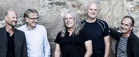 Dagens band: Her er de fem som er stammen i Clink 2016. Fra venstre: Roger Amundsen (tangenter), Lars Dahlback (trommer), Rolf Stagre (gitarer), Espen Christoffersen (trompet/flygelhorn) og Jens Jacobsen (bass).Foto: KINE JENSEN