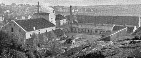 Bryggerianlegget ble reist i 1878, og ble brukt slik frem til modernisering og utvidelser ble satt i verk på slutten av 1950-tallet. Her foregikk produksjon helt frem til 2001. Illustrasjon fra Plünneke, Fredriksstad Industri i Tekst og Billeder