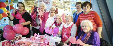 SAMLER INN PENGER:  Damene i brystkreftforeningen samler inn penger til brystkreftforskning. Da trenger de din gammle BH-