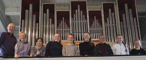 Øivind Bakken sammen med orgelelevene Eirik Bolle, Sarah Andrea Haugen, Frida Ulriksen, Emilie Homola, Ida Pedersen, Gina Wiik, Sofie Wiik og Lise Bolle.