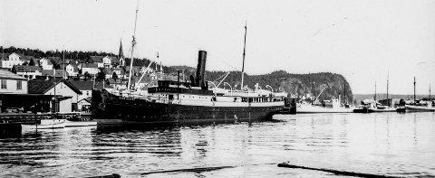«DS Kong Haakon» ved Dampskipsbryggas på 1930-tallet: Denne damperen tilhørte Stavangerske Dampskipsselskap og trafikkerte kysten fra Oslo til Bergen. Båten ble bygget i Tyskland i 1904 og endte sine dager i 1953. Da ble båten solgt til Tyskland for opphogging. Dampskipsbrygga var selve hovedlivsnerven i Kragerø. Daglig anløp det båter, enten fra øst eller vest, med varer og passasjerer. Det var alltid folksomt på brygga da båtene kom til Kragerø. På folkemunne ble båtene som trafikkerte kysten kalt for «Postbåten». Bak sees Jernbanekaia, som ble anlagt i forbindelse med at jernbanen kom til Kragerø i 1927.