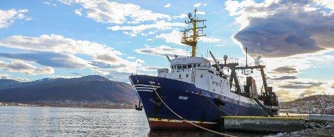 TIL KAI: Den russiske tråleren Obeliai kom til Tromsø og Breivika havn mandag kveld. 24 av de 34 om bord er smittet. Foto: Yngve Olsen