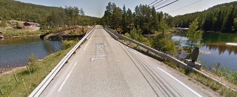 TVEIT BRU: Brua fra 1946 er 47 meter lang og bare 5 meter bred. Nå bygges det ny bru for å slippe stopp i trafikken.