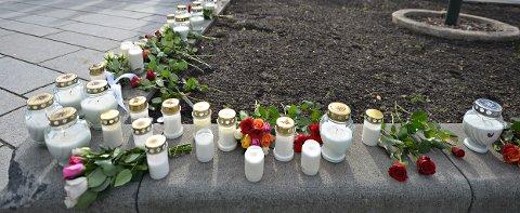 STERKE FØLELSER: Hele 9. trinn på Vestsiden ungdomsskole har lagt ned blomster og tent lys for å hedre de omkomne.