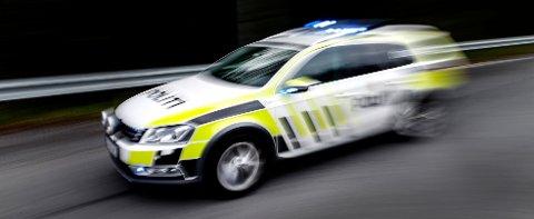 Politiet antar at en mann som falt ut av en båt natt til søndag, er omkommet.