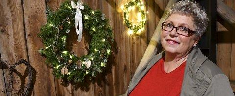 Kreativ: Nina Hauglid Knutsen har laget masse hjerter denne seosngen. Nå er det kranser som er ekstra i vinden før jul. Foto: Anne Kristine Dehli