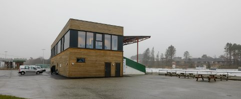 FRA HAUGESUND TIL KARMØY: Vard har valgt Åsebøen stadion i Kopervik som alternativ hjemmebane til Haugesund stadion. Dette bildet er hentet fra da nybygget ble innviet i 2017.