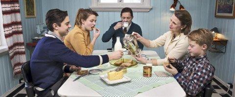 FAMILIEPROSJEKT: På dette bildet ser alt idyllisk ut, men det oppsto gnisninger og frustrasjoner på familien Hille Pedersens tidsreise fra 1920–1990. Foto: BJØRN WAD/tv 2