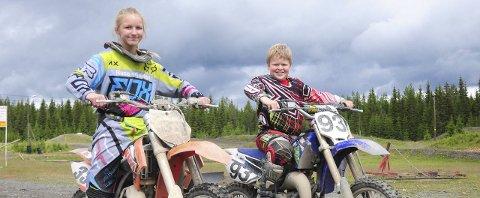 VELGER MOTOCROSS: Sissel Sofie Johnsen Larsen (14) og Espen Grimerud Steinbakken (11) vil heller trene motocross enn å dra på vanlig ferietur.Foto: Knut E. Landgraff