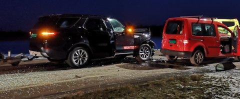 Flere biler har kjørt inn i hverandre på Semslinna like nordvest for rundkjøringen ved travbanen.