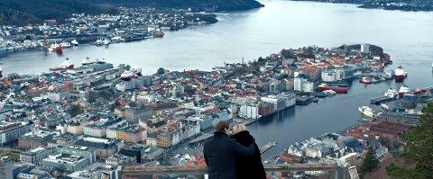 Kyrre Gørvell-Dahll (27) og kjæresten Maren Platou (25) nyter utsikten fra Fløyen i Kygos nye musikkvideo. SKJERMDUMP/KYGOVEVO