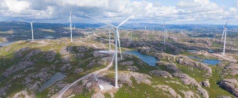 UNDER UTBYGGING: Ferdigmonterte vindmøller og påbegynte tårn i Bjerkreim vindpark