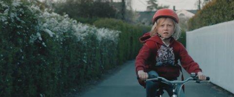 Ungt alvor. Thas Salberg i rolla som den åtte år gamle hovudpersonen Jonas.