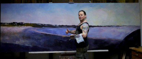 STORT MALERI:  Knut André Vikshåland med maleriet som skal henge i vigselrommet til Karmøy kommune i Kopervik.