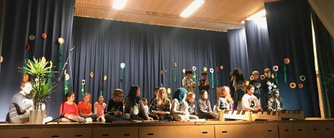 UNDERHOLDNING: Prinsdalselevene bød på sang og musikk.