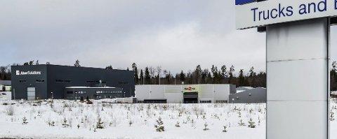 VED INNKJØRINGEN: Den 20 mål store tomta ligger t.h. ved innkjøringen til Borgeskogen Nord. Trelastlageret blir liggende vis à vis Volmax (i forgrunnen). Foto: Jan Roaldset