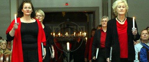 Tradisjon: Vesle julaftan kjem Vestklang inn dørene i Florø kyrkje for 21. gong, for å synge sine bysbarn inn i jula. foto: Dag frøyen
