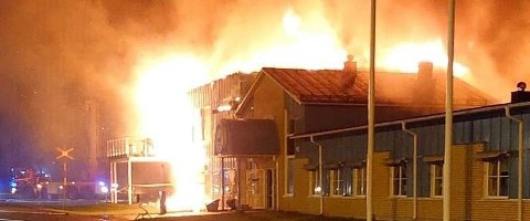 Brannen i Polarbrøds fabrikk i Älvsbyn. Foto: TT/Räddningstjänsten Piteå-Älvsbyn/NTB Scanpix