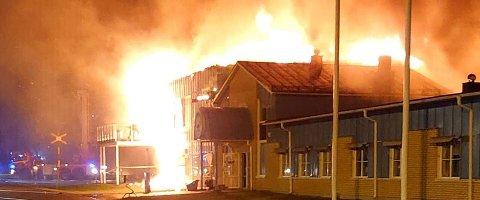 SLUKT: Brannen skal ha startet i et brød som via et samlebånd spredte brannen til hele fabrikken. Hele den enorme bygningsmassen som inneholder blant annet bakeri, fryselager og kontorer ser ut til å brenne til grunnen.