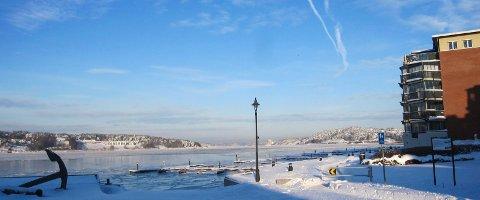 Iskaldt: Det er meldt fortsatt kaldt vær de nærmeste dagene og isen legger seg stadig tykkere i Mossesundet. Men havnevesenet har kontroll på situasjonen.