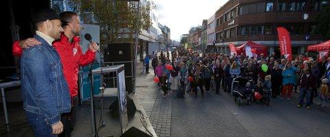 Audun Lysbakken ber publikum gi stemmen sin til Torgeir Knag Fylkesnes. Foto: Ola Solvang