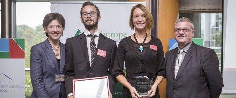 PRISUTDELING: Øyvind Eriksen og Tone Helstad Glomsrud (i midten)  mottok pris fra Caroline Jenner og  Harald Nybølet.