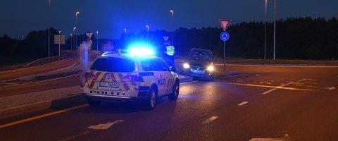 STAKK AV: Politiet søker natt til søndag etter to gutter som har krasjet inn i trafikkøya på riksvei 22/riksvei 159 i Lillestrøm.