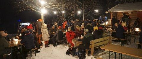 Mye folk: Det var mange som hadde tatt turen til Svartevannshytta for å få med seg musikalsk magi i skauen.