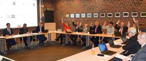 TI HENDER I VÆRET: Arbeiderpartiet og Høyre stemte for å redusere eiendomsskatten, men de utgjør mindretallet i Marker kommunestyre.