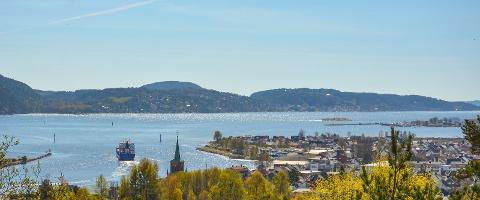 Svelvik og Svelvikstrømmen med utsikt sør-øst mot Hurumlandet.
