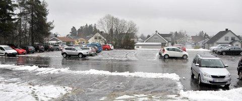 GRATIS: Mange benytter parkeringsplassen ved Herkules klubbhus, etter at det ble innført parkeringsavgift ved  Skien fritidspark og Hjalmar Johansen videregående skole.