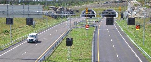 OVERVÅKET: Vegtrafikksentralen Sør følger med på alt som foregår både på nye E134 gjennom Kongsberg og i Mælefjelltunnelen - for din sikkerhet.