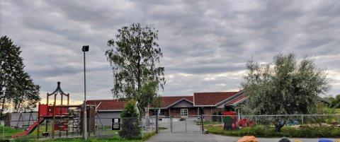 STENGER TO AVDELINGER: Søråsteigen barnehage i Skoleveien i Ås.
