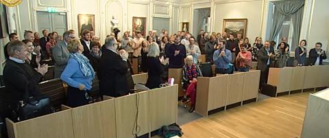 Hele bystyresalen reiste seg og klappet for Torstein Dale og Oddny Miljeteig onsdag kveld.