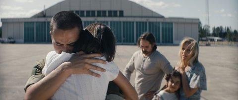 """– """"Alle utlendinger har lukka gardiner"""" er en film om hvor j...... og vidunderlig det er å være forelsket, samtidig som det også er en historie om vennskap, savn og kjærlighet, om selvstendighet og løsrivelse, og om det å være ungdom i Norge og verden i dag, heter det i filmomtalen.  Filmen er basert på Maria Navarro Skarangers debutroman ved samme navn."""