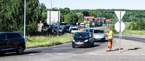 STOPP: Det har vært køer i alle retningen på Borre fredag morgen mens RV 19 - Midgardsveien har blitt asfaltert.