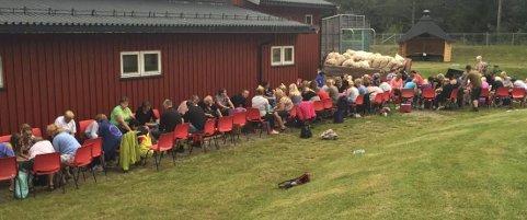 SKRELL: Dugnadsinnsatsen i forbindelse med Matrand Cup er enorm. Her sitter over 60 personer og skreller 1575 kilo poteter onsdag kveld.
