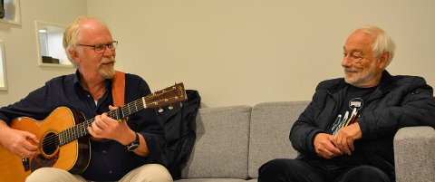 Trond Skarsten, leder av Viseklubben Christian med gitar og Tor Dalaker Lund, leder av Jazz Evidence.  Foto: Mona Sandviken