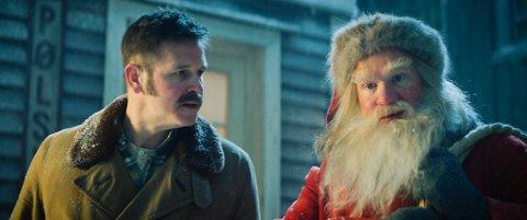 PUBLIKUMSFAVORITT: Anders Baasmo som Julenissen og Trond Espen Seim som Snekker Andersen i publikumsfavoritten «Den vesle bygda som glømte at det var jul». (Foto: Fantefilm)