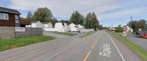 PÅ HØRING: Forslaget om 18 boliger i Raveien 430 legges nå ut på høring og offentlig ettersyn. (Illustrasjon: Spir Arkitekter/Google Street View)