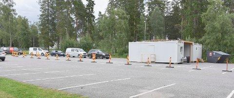 Må  vente: Torsdag ettermiddag var det lang kø av biler foran den nye teststasjonen ved Askimhallen.