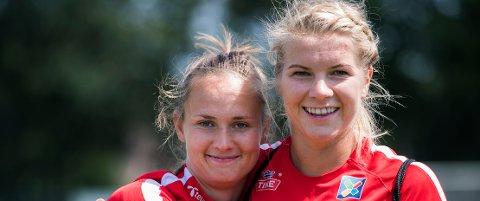 Ada Hegerberg (til høyre) og Caroline Graham Hansen er blant de 12 nominerte til å vinne FIFA-kåringen.