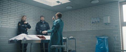 """POLITIROLLE: I filmen """"Vikingulven"""" som har premiere i februar, dukker Øyvind Brandtzæg opp som politimann. Her med Liv Mjönes og Arthur Hakalahti. Regissør er Stig Svendsen, som tidligere har gjort blant annet """"Kings Bay""""."""